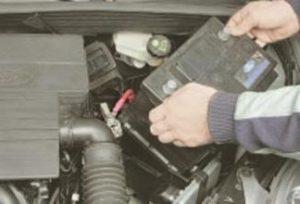 в моторном отсеке Ford